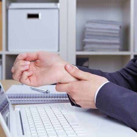 pangs: Mani di donna con sindrome del tunnel carpale sulla tastiera del computer