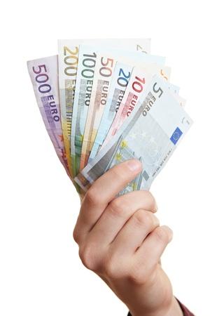 billets euros: Main fans détention de monnaie Euro avec différents projets de loi Banque d'images