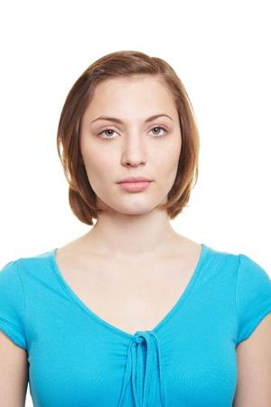 foto carnet: Atractiva mujer con una expresión neutra en blanco mirando a la cámara