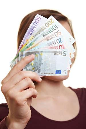 billets euro: Femme tenant de loi de finances Euro sur le devant de son visage Banque d'images