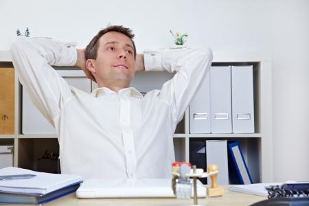 office break: Gerente de negocios feliz en la oficina de relajarse y ech�ndose hacia atr�s Foto de archivo