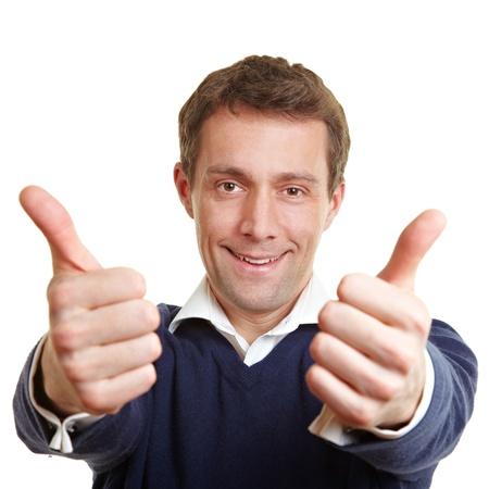 ambos: El hombre que anima feliz celebraci�n de los dos pulgares para arriba
