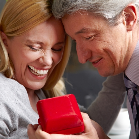 anillo de matrimonio: Hombre mayor que lo que la propuesta de matrimonio a la mujer con el anillo de bodas