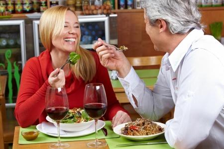 Happy senior paar dat samen eten in een restaurant Stockfoto