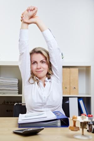 протяжение: Деловая женщина, осуществляющих ее по возвращении в офис