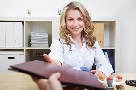 economia aziendale: HR donna sorridente avendo colloqui di lavoro e la ricezione di portafogli
