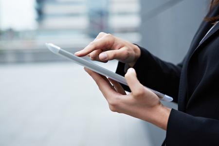 dedo                �ndice: Dedo �ndice tocando la pantalla t�ctil de Tablet PC Foto de archivo