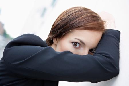 fend: Donna d'affari timida che si nasconde dietro il suo braccio