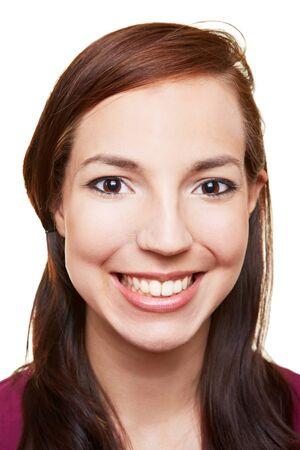 Sorridente donna felice attraente esaminando la macchina fotografica