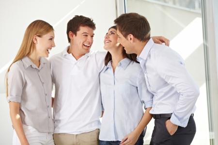 work together: Gelukkig aantrekkelijke business group staande in een kantoor