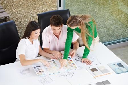 designers interior: Felice Coppia materiali da costruzione di discussione con l'architetto nel suo ufficio
