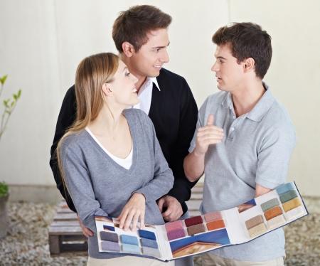 vendeurs: Couple cherche � �chantillons de tapis diff�rents � floorlayer Banque d'images