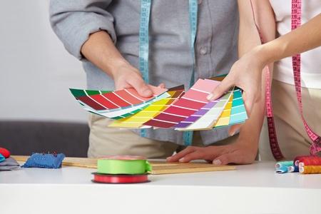 color in: El dise�ador de moda con muchas muestras de color en sus manos
