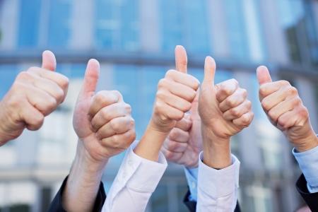 victoire: Pouces de nombreux gens d'affaires de diff�rents pointant vers le haut Banque d'images