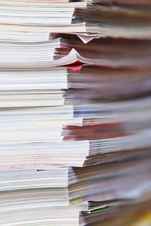 Pile de papier de nombreux vieux magazines