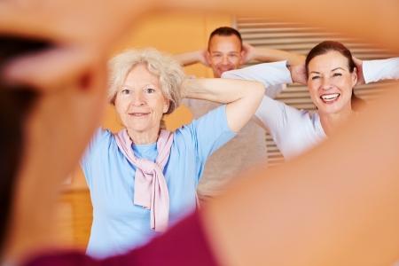gymnastik: Fitness tränare ger högre fitness klass i hälsoklubb Stockfoto