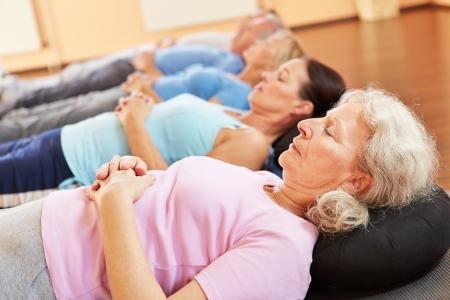 terapia grupal: Grupo de gente mayor que se relaja en un club de salud Foto de archivo