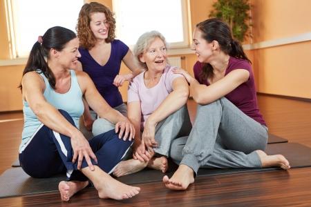 mujeres juntas: Feliz grupo de sonriente mujer hablando en un gimnasio Foto de archivo