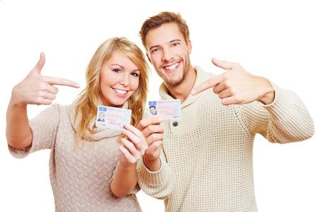 Zwei glückliche Teenager zeigt stolz ihren deutschen Führerschein
