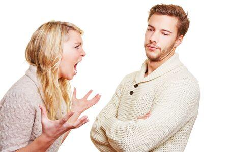 pareja enojada: Mujer enojada que grita en el hombre en una discusión
