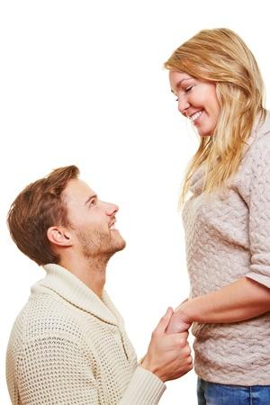 arrepentimiento: El hombre pidiendo apolgy de su mujer de rodillas después de una discusión