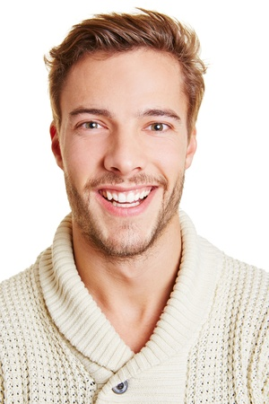 foto carnet: Headshot de un hombre joven sonriente feliz