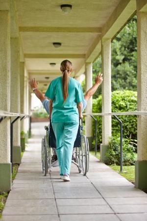 enfermeria: El viejo hombre mayor en silla de ruedas vítores en un hogar de ancianos