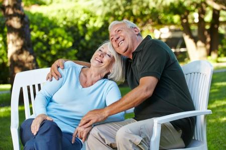 abastecimiento: Feliz pareja senior sentados en un jard�n de verano