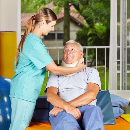 terapia ocupacional: Enfermera toma de collar de cuello alto en fisioterapia Foto de archivo