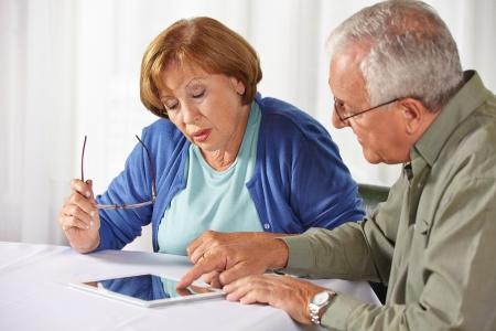persona mayor: Personas mayores pruebas Tablet PC con pantalla táctil en una casa de reposo