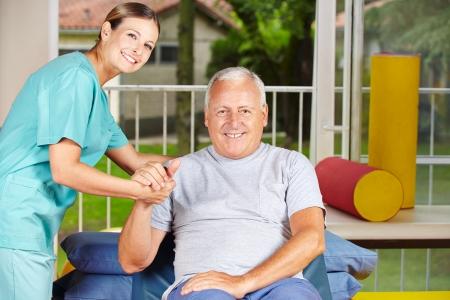 Senior homme se physioth�rapie avec un physioth�rapeute Banque d'images