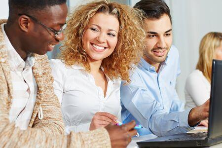 curso de formacion: La gente feliz haciendo m�s formaci�n en curso de la academia con el ordenador port�til