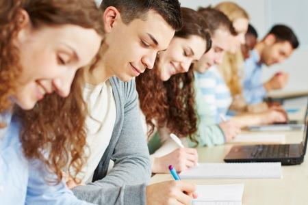 studenti universit�: Gli studenti che agli esami in seminario di un'universit�