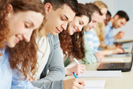 estudiantes universitarios: Los estudiantes que toman el examen en el seminario de una universidad Foto de archivo
