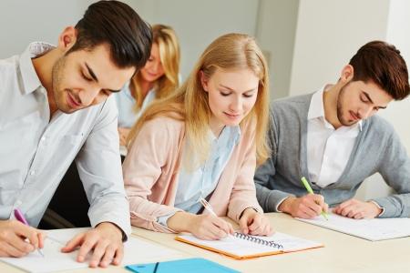 teste: Grupo de estudantes que estudam junto na sala de aula universit Banco de Imagens