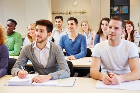 salon de clases: Muchos de los estudiantes que estudian en el seminario y escuchar en el aula universitaria Foto de archivo
