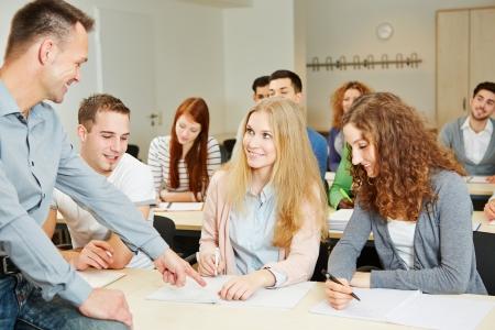 Leraar helpen studenten in het universitair seminar klasse Stockfoto