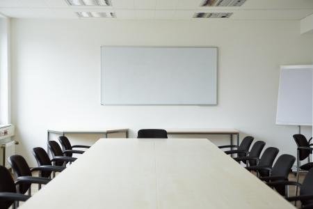 sala de reuniones: Habitación limpia y brillante conferencia con una pizarra blanca Foto de archivo