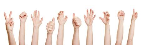 Molte mani fanno gesti diversi, come pugni o pollici in su