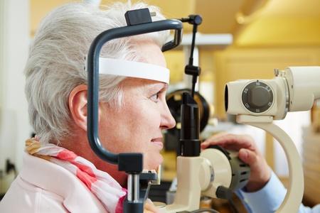 slit: Mujer mayor que consigue su c�rnea controlada con l�mpara de hendidura en la �ptica