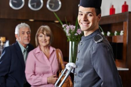 gastfreundschaft: L�cheln Concierge mit �lteres Paar in einem Hotel
