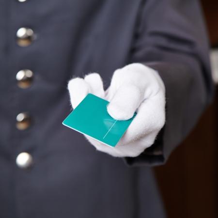 bellhop: Mano del portero que da la tarjeta llave de la habitaci�n del hotel