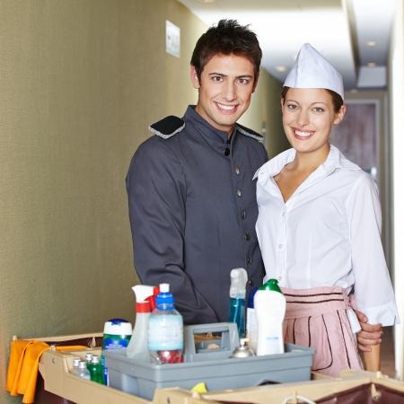 cleaning team: Personal de servicio en el hotel Friendliy con botones y camarera de hotel Foto de archivo