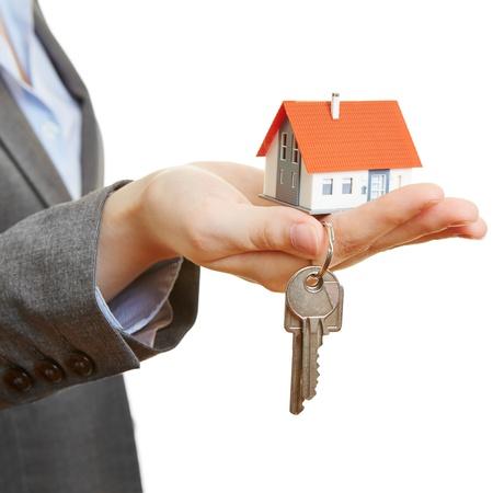 show of hands: Mano di una donna che tiene piccola casa e le chiavi Archivio Fotografico