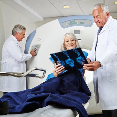 resonancia magnetica: Paciente mayor que consigue la tomografía por resonancia magnética en el hospital Foto de archivo