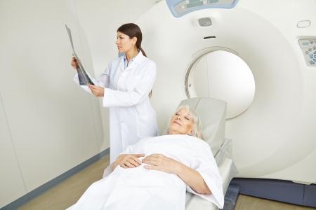 resonancia magnetica: Doctor mirando la imagen de rayos x de alta al paciente en la terapia de resonancia magnética