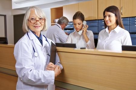 Doctor and receptionist at reception in a hospital Zdjęcie Seryjne