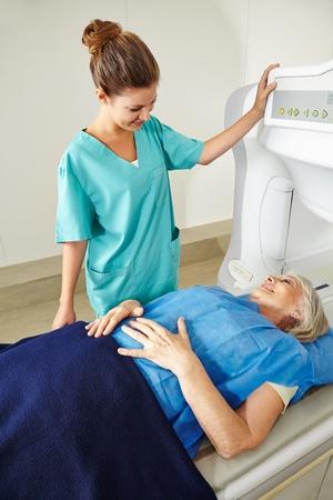 resonancia magnetica: Enfermera que habla con el paciente mayor en la RM en radiología en un hospital Foto de archivo
