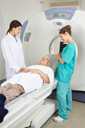 resonancia magnetica: Médico y enfermera habla con el paciente antes de una terapia de resonancia magnética