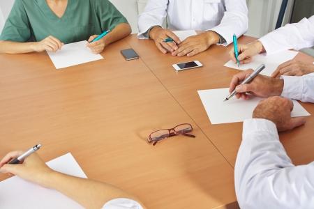 napsat: Doktorový tým na setkání s perem a papírem
